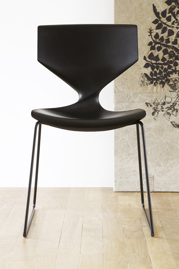 stylische stuhl quo mit polyurethan sitzschale schauraum. Black Bedroom Furniture Sets. Home Design Ideas